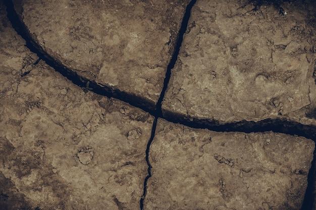 ひびの入った地球土壌地面テクスチャ背景を乾燥しました。