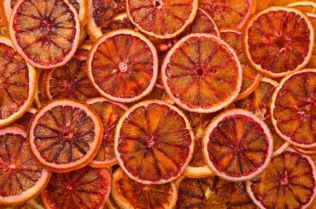 乾燥したクリスピーな赤オレンジチップスのテクスチャー