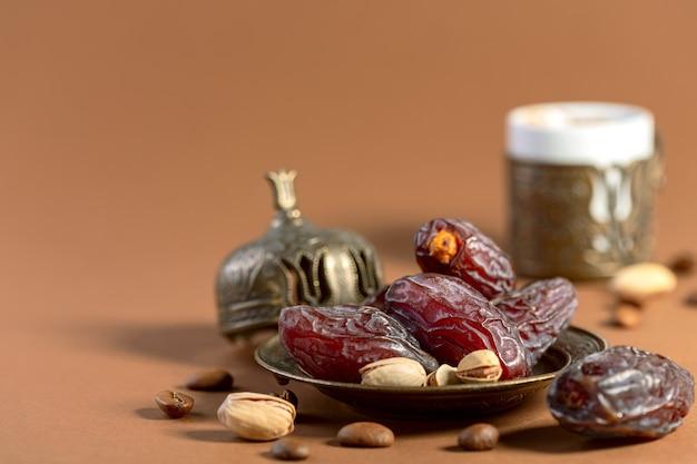 乾燥ナツメヤシは、伝統的なブロンズ料理のアラビアブラックコーヒーに人気のデザートです
