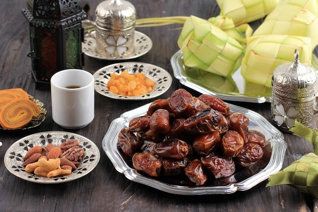 イードムバラクとラマダンカリームスナック用のケツパット、トルコ茶、蜂蜜入りの乾燥ナツメヤシフルーツ
