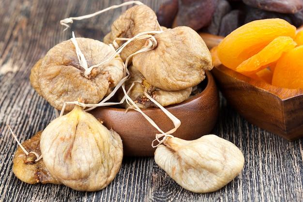 Сушеные сушеные плоды сладкого спелого инжира, желтый инжир, высушенный на солнце на нитках