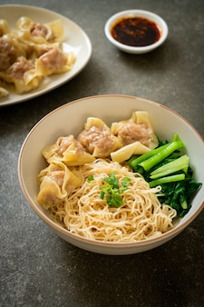 豚ワンタンまたは豚餃子のスープなしの乾燥卵麺アジア料理スタイル
