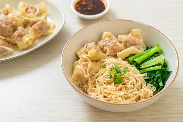 ポークワンタンまたはポーク餃子とスープなしの乾燥卵麺アジア料理スタイル