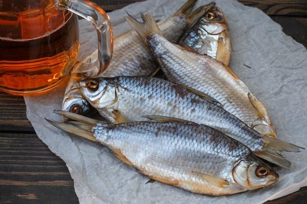 Сушеная рыба и пиво на столе. традиционная русская закуска