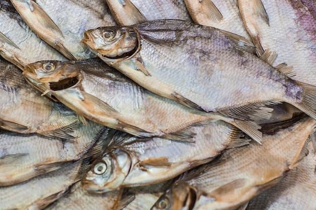 Фон сушеная рыба. вид сверху соленой сухой речной рыбы с копией пространства.