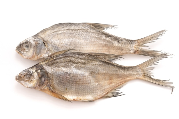 Сушеная рыба, изолированные на белом фоне