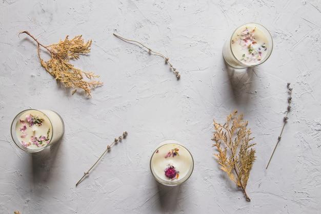 흰색 배경에 장미 석영 크리스탈 말린 꽃 장미 양초