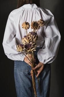 Букет сушеных цветов в деревенском стиле в руках