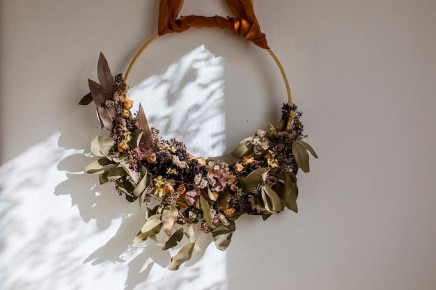 Букет сушеных цветов на яркой стене