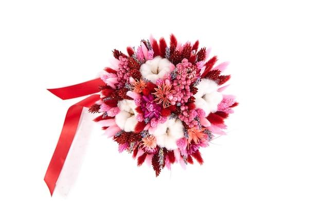 흰색 배경 평면도에 분리된 잔디와 빨간 리본이 있는 말린 꽃 꽃다발