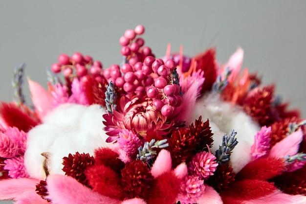 흰 목화 식물이 닫혀 있는 말린 꽃과 풀 부케