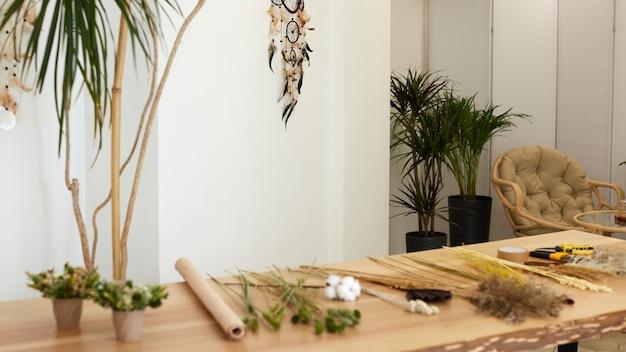 꽃집 작업장의 테이블에 말린 꽃과 허브. 플로리스트 직장