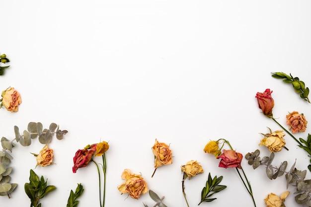 ドライフラワーの組成物。乾燥したバラで作られたフレーム。フラット横たわっていた、トップビュー秋の花柄