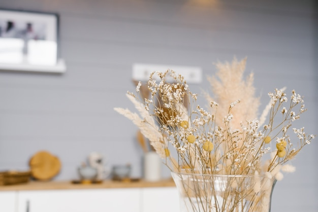 黄色い花瓶のクローズアップでドライフラワー。居心地の良い家の装飾。コピースペース