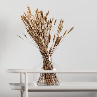 Сухие цветы в стеклянной вазе