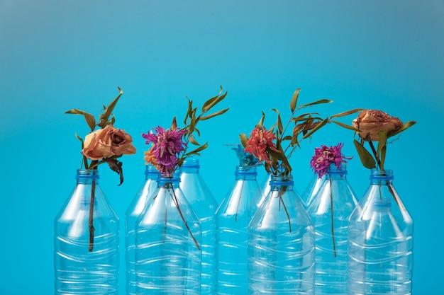 ペットボトルからの枯れゆく生態系の象徴としてのペットボトルのドライフラワー。世界の環境状況。