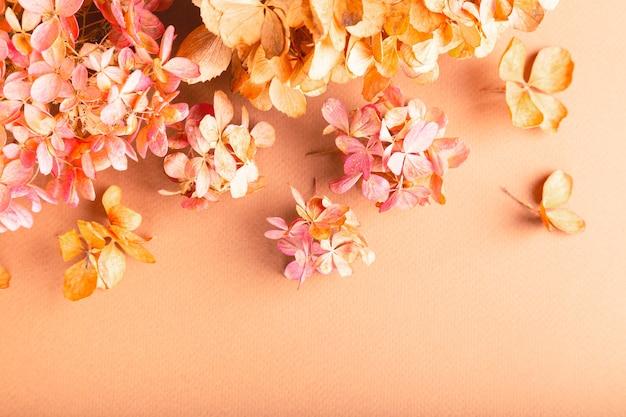茶色の紙にアジサイのドライフラワー。花の背景。フラットレイ、上面図。