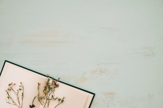 ノートブックに乾いた花