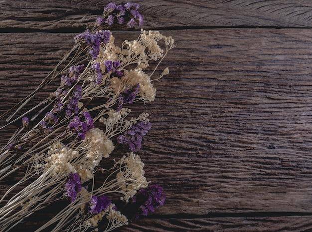 나무 판자 배경에 말린 된 꽃