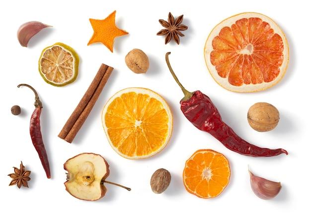 Сушеные фрукты и специи, изолированные на белом фоне