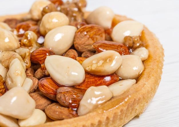 아몬드, 견과류 및 헤이즐넛을 곁들인 말린 과일 케이크