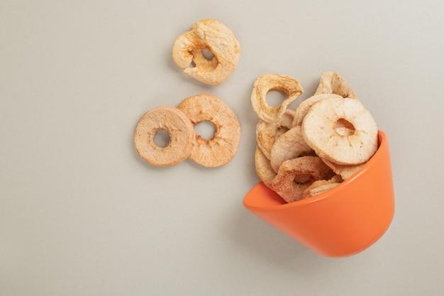 오렌지 그릇에서 말린 과일 조각