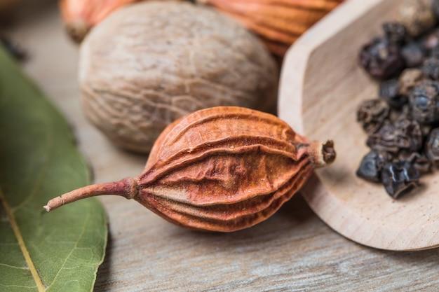Frutta secca con sfondo sfocato