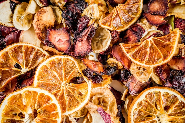Сушеные фрукты и ягоды вид сверху