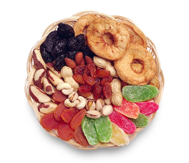 흰색 배경에 고리버들 나무 그릇에 말린 과일과 견과류