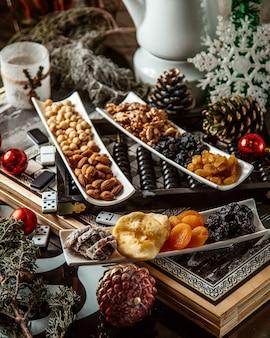 Сухофрукты и орехи в тарелках
