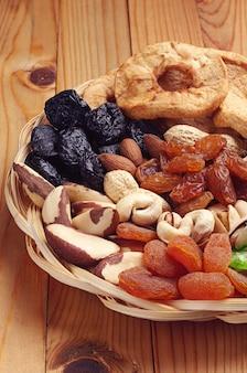 천연 나무 배경에 말린 과일과 견과류