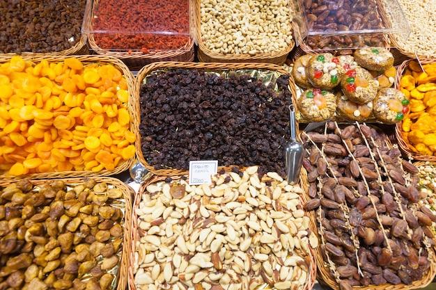 Сухофрукты и орехи на прилавках