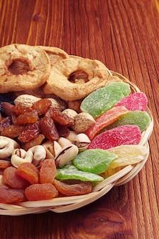 Сухофрукты и орехи на деревянном столе