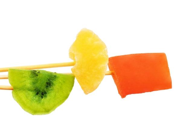 흰색 바탕에 말린 과일
