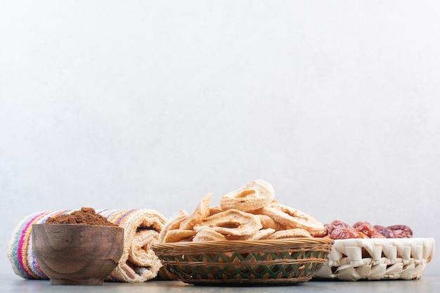 대리석 배경에 나무 그릇에 코코아 가루와 말린 과일 고품질 사진