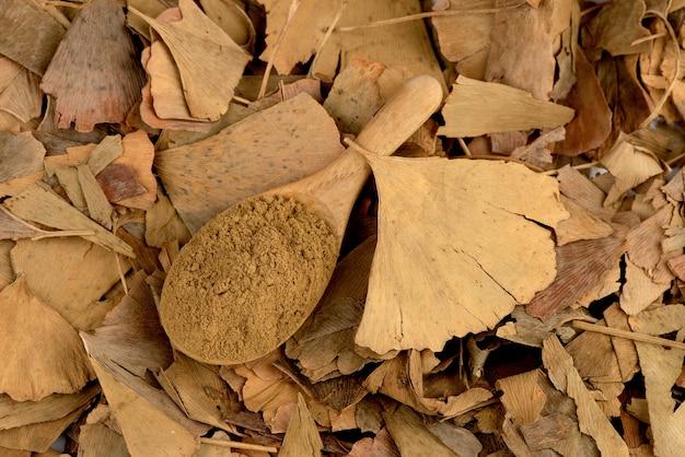 乾燥したイチョウの葉と粉末がwhite.topビュー、フラットレイで分離されました。