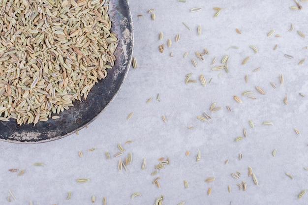 플래터에 말린 녹색 아니스 씨앗. 고품질 사진