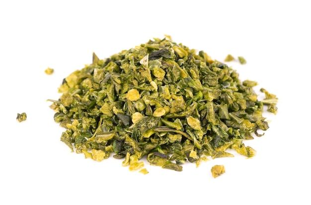 白い背景で隔離の種子と乾燥した緑のパプリカフレーク。ハラペーニョ、ハバネロ、唐辛子のみじん切り。スパイスとハーブ。