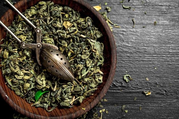 Сушеный зеленый чай на черной доске