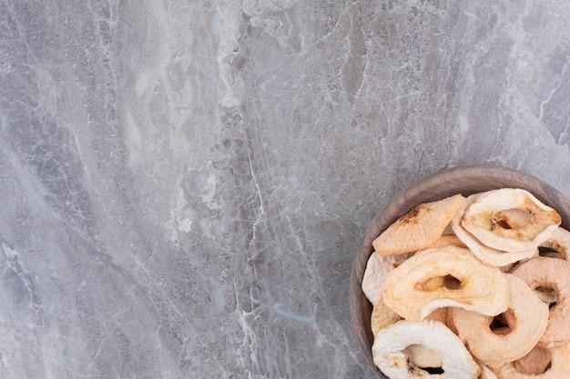 木の板の上で乾燥した健康なリンゴ。