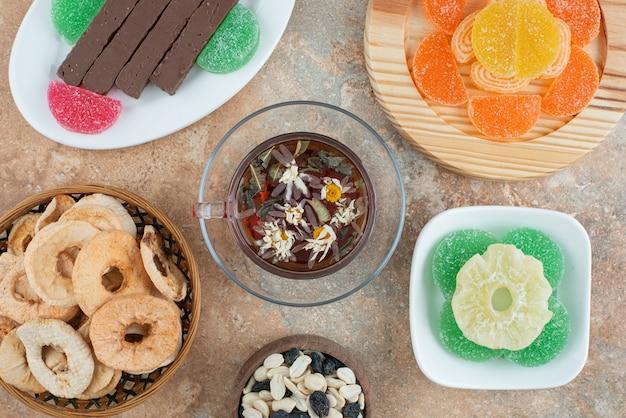 マーマレードとハーブティーのカップで乾燥した健康的な果物