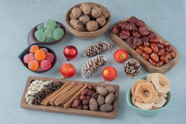クリスマスのおもちゃと木の板の上の乾燥した健康的な果物。高品質の写真