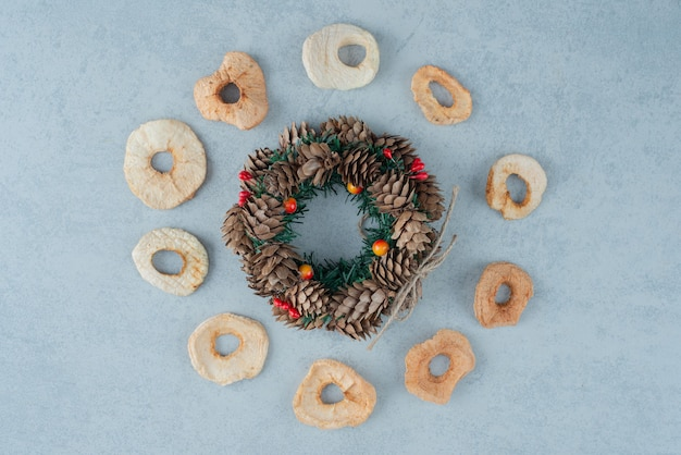 Pinecones에서 크리스마스 화 환으로 건강 한 과일을 건조. 고품질 사진