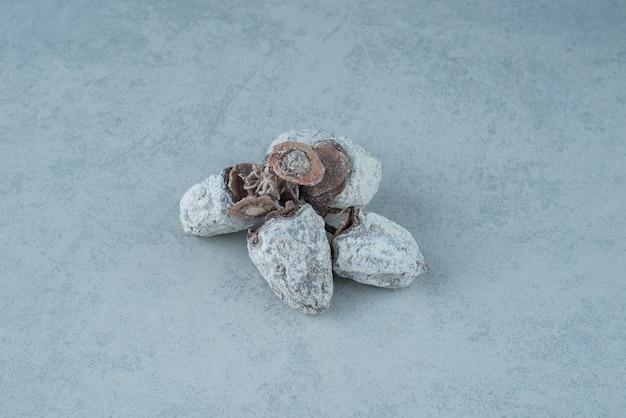 大理石の背景に健康的なオレンジを乾燥させました。高品質の写真