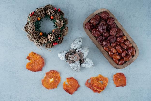 Arancia sana secca con cesto pieno di noci. foto di alta qualità