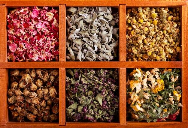 乾燥したハーブと木製の箱の花