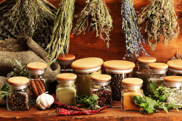 말린 된 허브, 향신료와 후추, 나무 테이블에