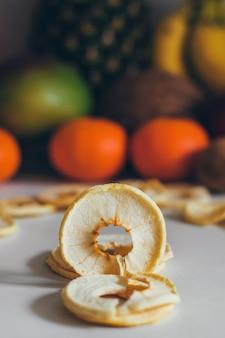 自家製の健康で新鮮な乾燥したリンゴのスライス