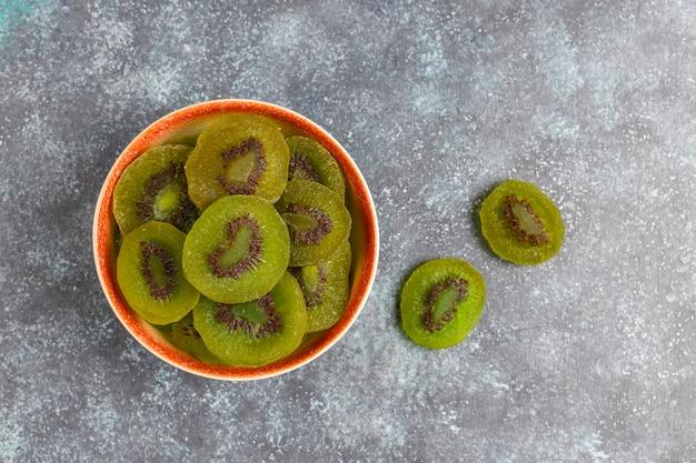 신선한 키위와 함께 말린 수제 키위 과일.