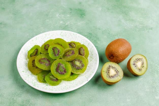 신선한 키위를 곁들인 말린 홈메이드 키위 과일.